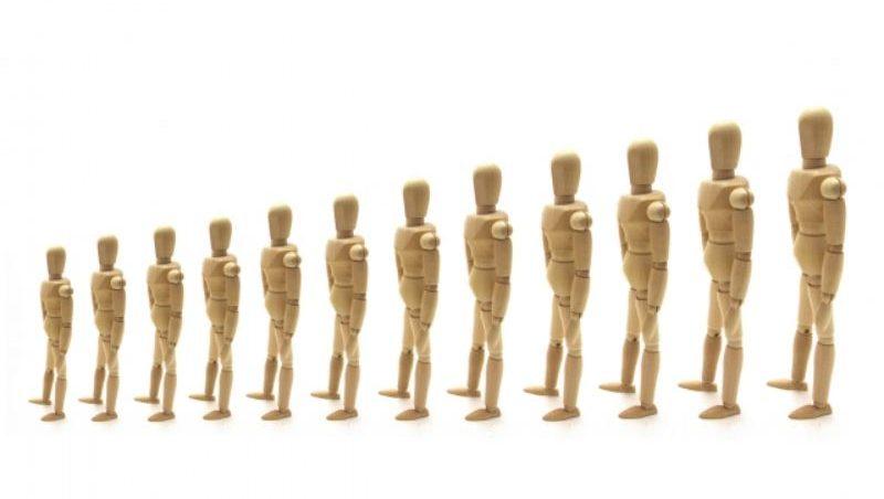 一列に並ぶ人形