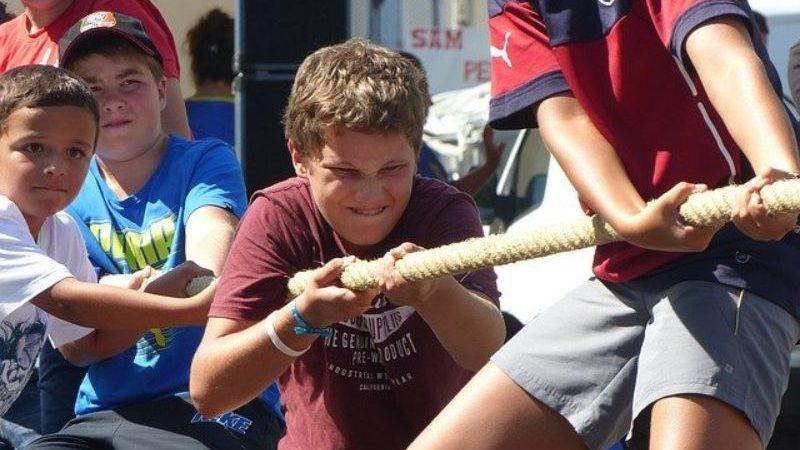 綱引きで歯を食いしばる男の子