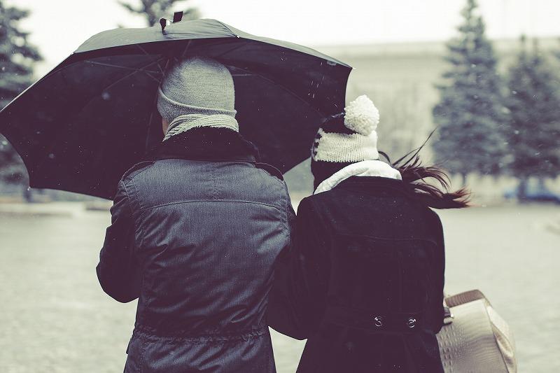 傘をさす二人