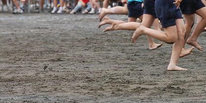 裸足で競技する子供