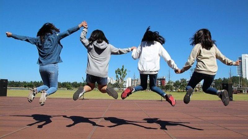 ジャンプする女の子たち