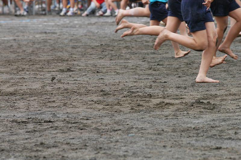 裸足で走る