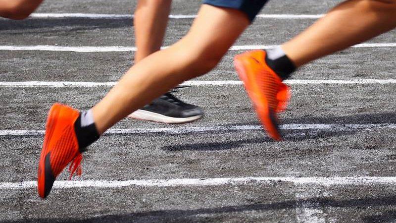 走る人の足