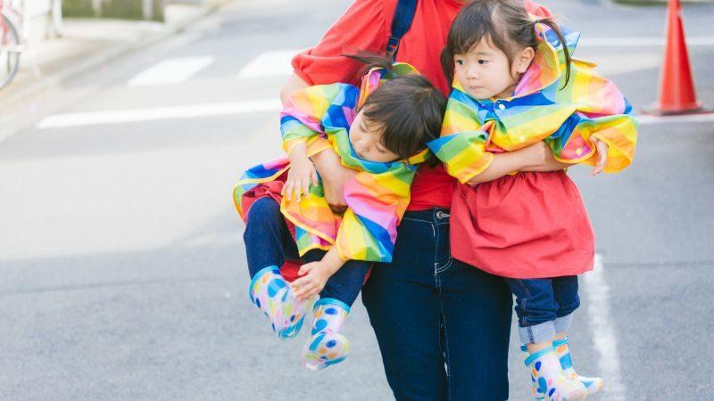 双子の女の子を抱っこするお母さん