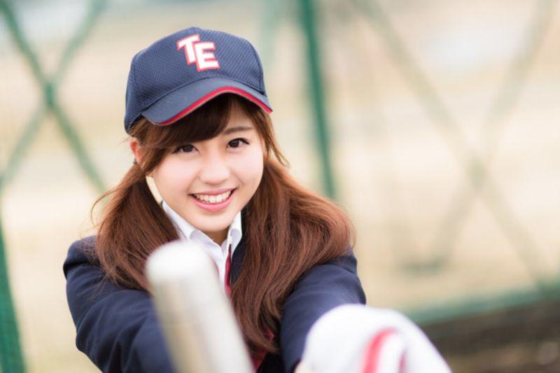 野球帽をかぶった女性