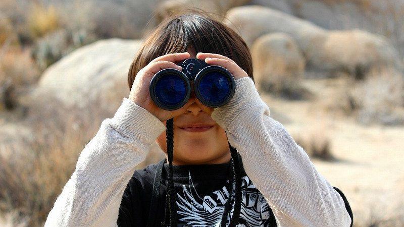 双眼鏡をのぞく子供