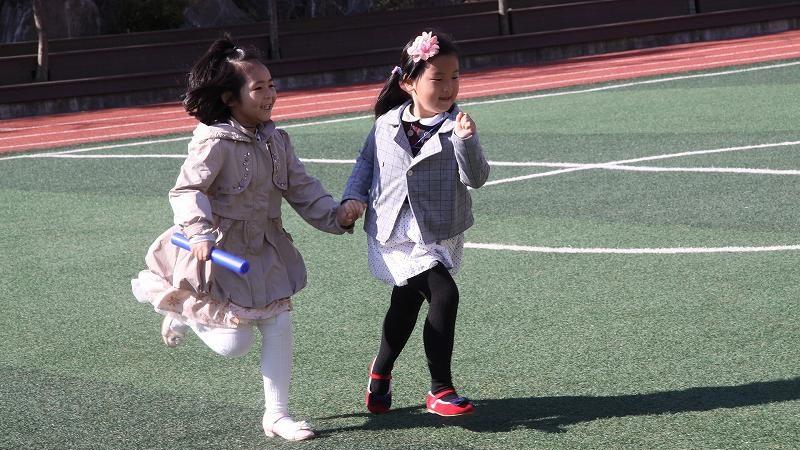 走る二人の女の子