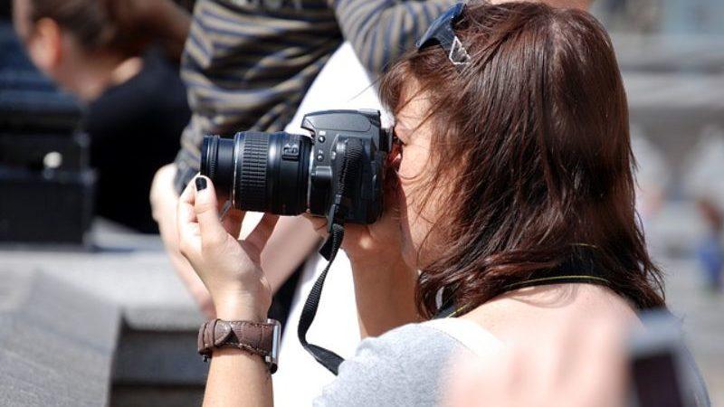 写真を撮るお母さん