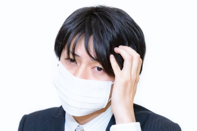 マスクの男性
